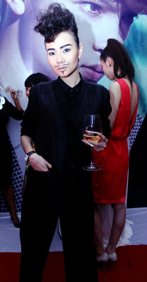 Giám khảo Nam Trung lại mặc váy - 5