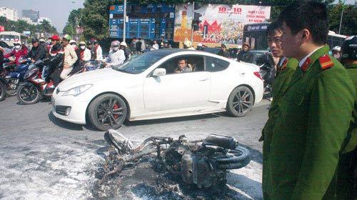 Xe máy, ô tô thi nhau bốc cháy - 2