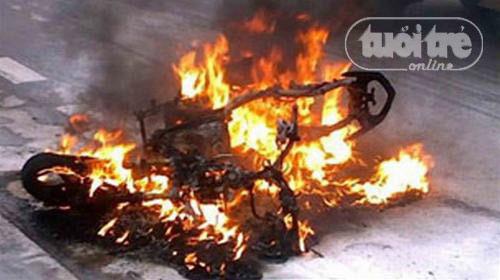 Xe máy, ô tô thi nhau bốc cháy - 3