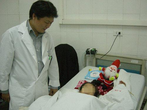 Bé gái bị xe tông nát bụng, mất tử cung - 1