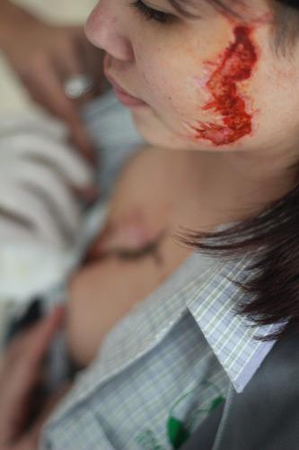 Cô gái bị xăm rết lên mặt sẽ học nghề - 1