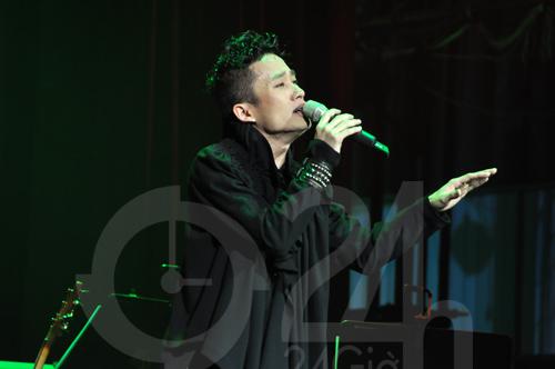 """Tùng Dương """"lên đồng"""" trên sân khấu - 1"""