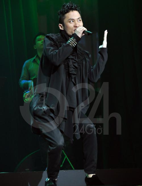 """Tùng Dương """"lên đồng"""" trên sân khấu - 7"""