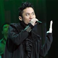"""Tùng Dương """"lên đồng"""" trên sân khấu"""