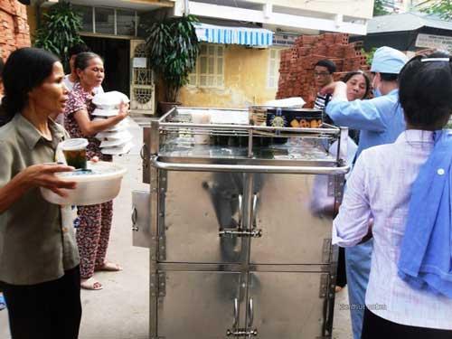 BV Bạch Mai bị tố ép bệnh nhân mua cơm - 2