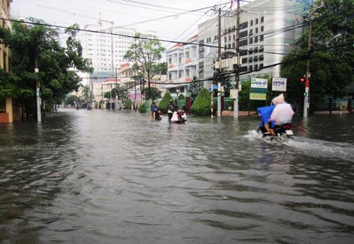 Mưa lớn gặp triều cường, Sài Gòn ngập nặng - 4