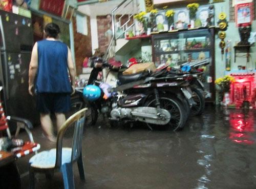 Mưa lớn gặp triều cường, Sài Gòn ngập nặng - 5