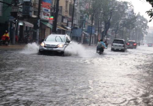 Mưa lớn gặp triều cường, Sài Gòn ngập nặng - 6