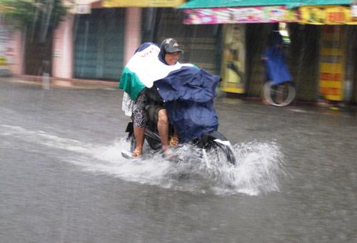 Mưa lớn gặp triều cường, Sài Gòn ngập nặng - 9
