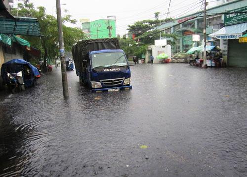 Mưa lớn gặp triều cường, Sài Gòn ngập nặng - 10