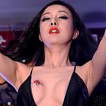 Phim - Gan Lulu khoe bầu ngực dán hình xăm