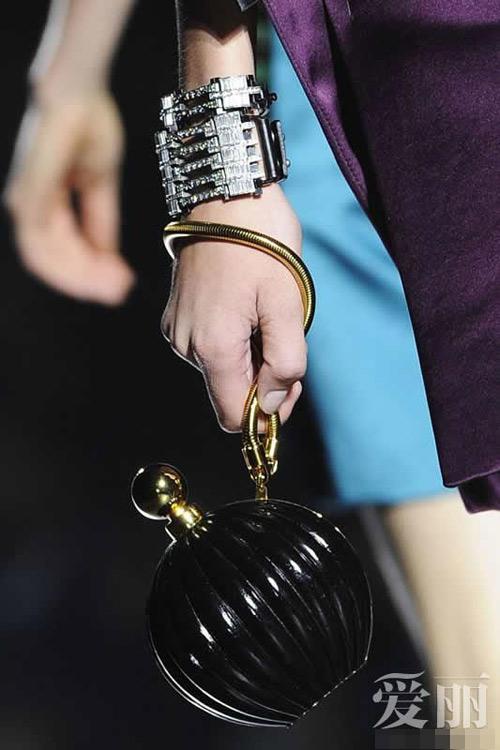 Những mẫu túi giúp đôi tay thêm thu hút - 1