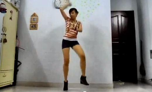 Chân dài nhảy Gangnam Style trong phòng ngủ - 1