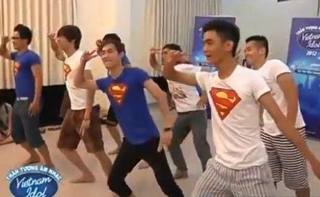 Chân dài nhảy Gangnam Style trong phòng ngủ - 2