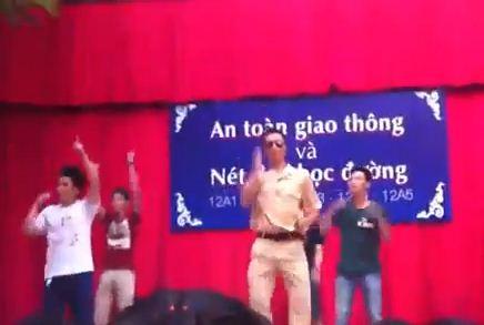 Chân dài nhảy Gangnam Style trong phòng ngủ - 3