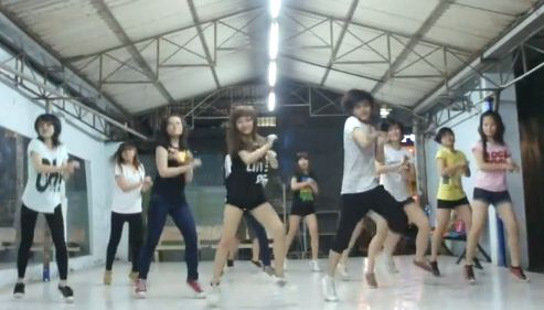 Chân dài nhảy Gangnam Style trong phòng ngủ - 4