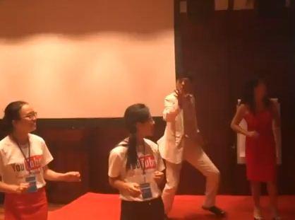 Chân dài nhảy Gangnam Style trong phòng ngủ - 5