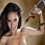 Phi thường - kỳ quặc - Loại rượu đổ qua ngực phụ nữ trước khi đóng chai