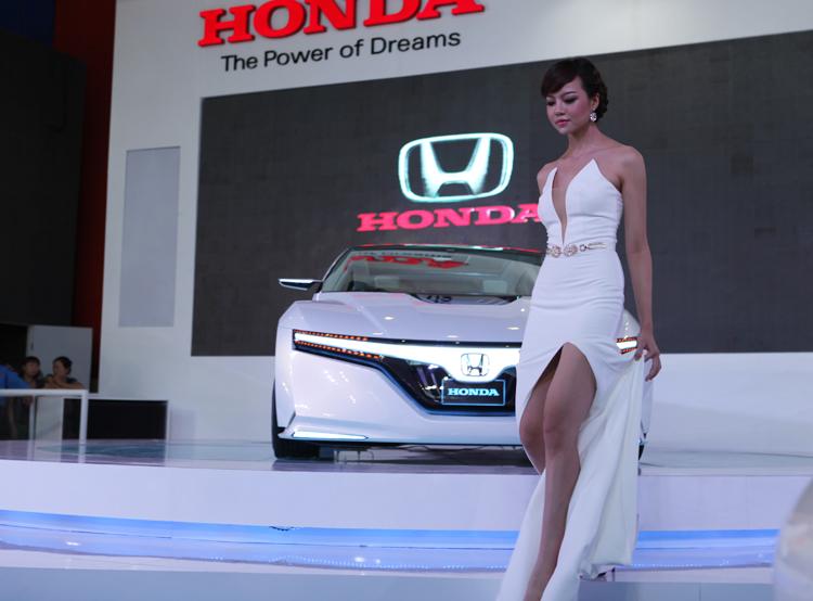 Những chân dài xuất hiện trong gian hàng của Honda tại Vietnam Motor Show 2012 mang một vẻ đẹp thuần Việt, và vô cùng đằm thắm.