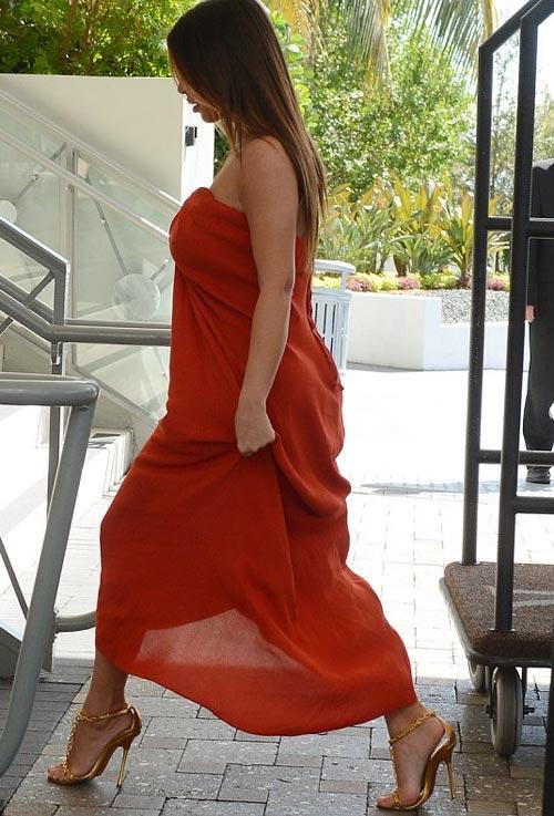 Kim Kardashian phớt lờ áo chíp xuống phố - 4