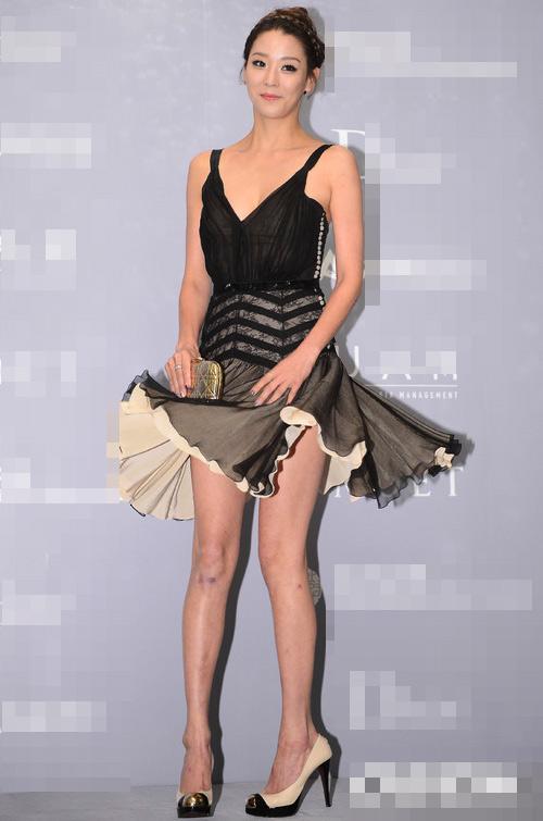 Người đẹp Hàn Quốc tung váy khoe chân - 2
