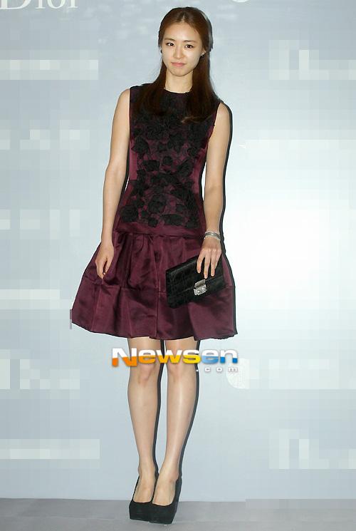 Người đẹp Hàn Quốc tung váy khoe chân - 16
