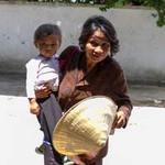 Tin tức trong ngày - Bà ăn xin và cháu 2 tuổi: Sự thật nhói lòng