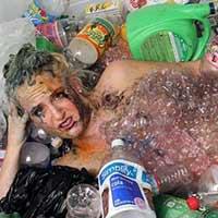 Khỏa thân nằm giữa... đống rác