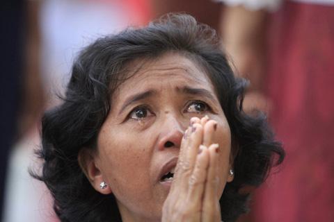 Người dân Campuchia nức nở tiễn đưa cựu Vương - 1