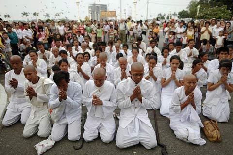 Người dân Campuchia nức nở tiễn đưa cựu Vương - 9