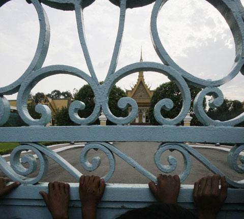 Người dân Campuchia nức nở tiễn đưa cựu Vương - 2