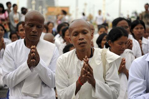 Người dân Campuchia nức nở tiễn đưa cựu Vương - 3