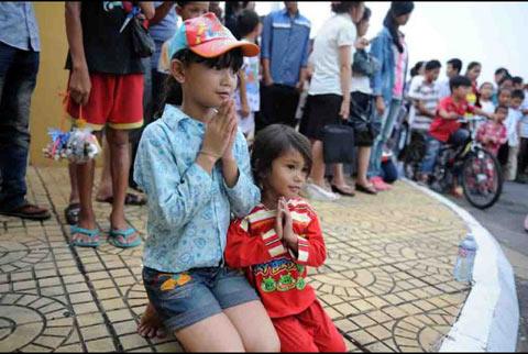 Người dân Campuchia nức nở tiễn đưa cựu Vương - 5
