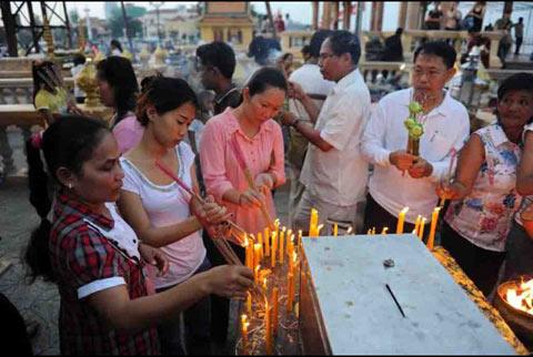 Người dân Campuchia nức nở tiễn đưa cựu Vương - 6