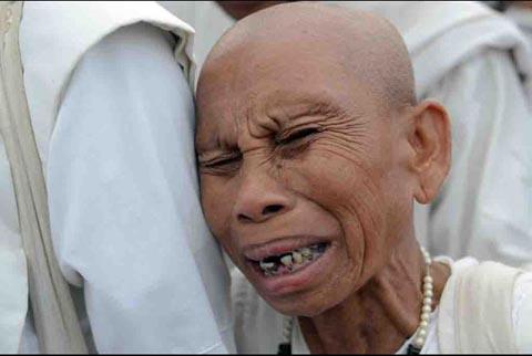 Người dân Campuchia nức nở tiễn đưa cựu Vương - 7