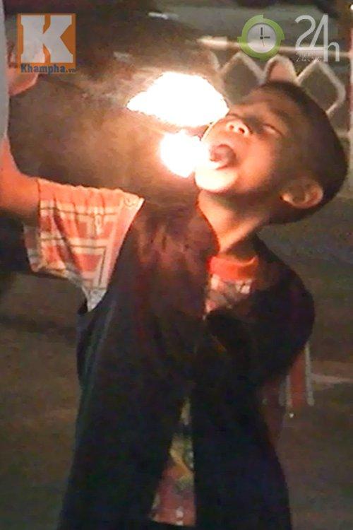 Trẻ kiếm ăn: Từ nuốt lửa đến nhai dao lam - 2