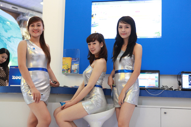 Những cô gái duyên dáng, nhưng cũng vô cùng gợi cảm của Việt Nam lại có dịp tỏa sáng tại Triển lãm Mobile Việt Nam 2012