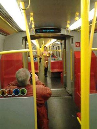 Nữ hành khách khỏa thân trên tàu điện ngầm - 1