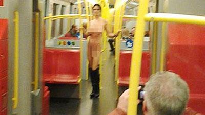 Nữ hành khách khỏa thân trên tàu điện ngầm - 2