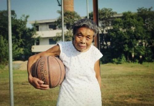 Cụ bà 76 tuổi nghiện chơi bóng rổ - 1