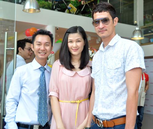 Huy Khánh đưa vợ đi mua đồ cho con - 13