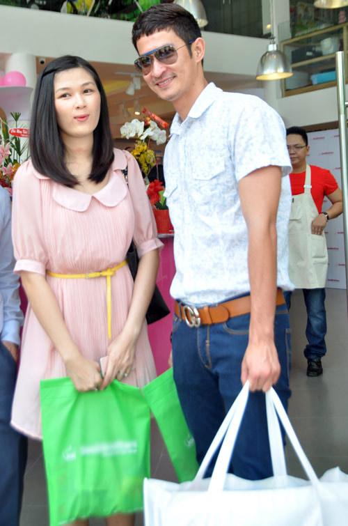 Huy Khánh đưa vợ đi mua đồ cho con - 14