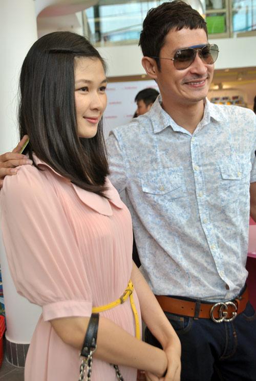 Huy Khánh đưa vợ đi mua đồ cho con - 8