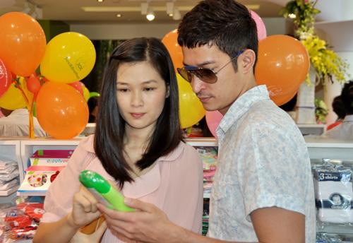 Huy Khánh đưa vợ đi mua đồ cho con - 11