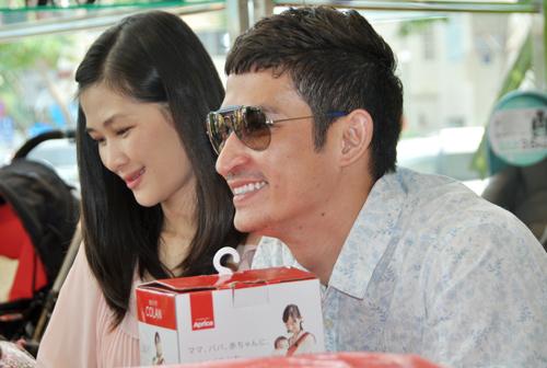 Huy Khánh đưa vợ đi mua đồ cho con - 12