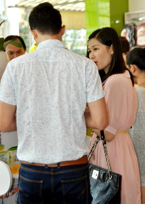 Huy Khánh đưa vợ đi mua đồ cho con - 10