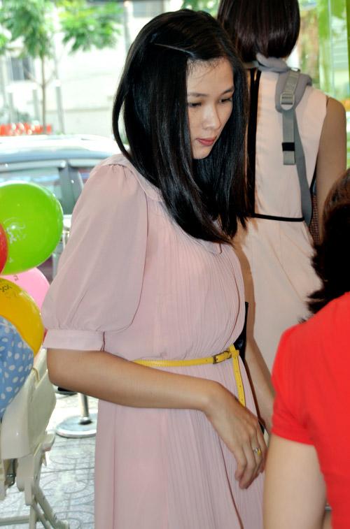 Huy Khánh đưa vợ đi mua đồ cho con - 9