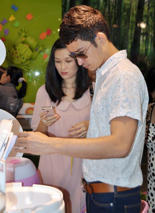 Huy Khánh đưa vợ đi mua đồ cho con - 4