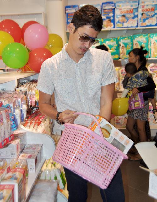 Huy Khánh đưa vợ đi mua đồ cho con - 5