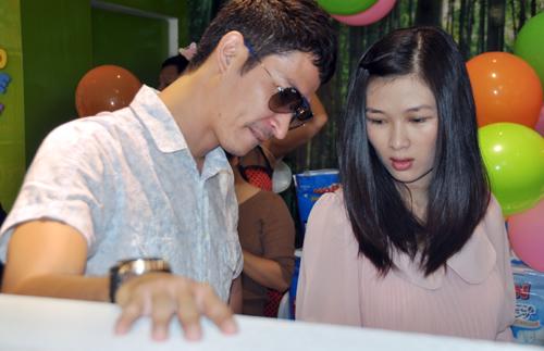 Huy Khánh đưa vợ đi mua đồ cho con - 6